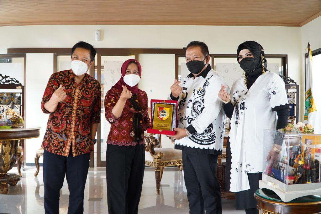 Wali Kota Mojokerto Ika Puspitasari dan suami saat menerima kunjungan Bupati Jember Hendy Siswanto beserta istri
