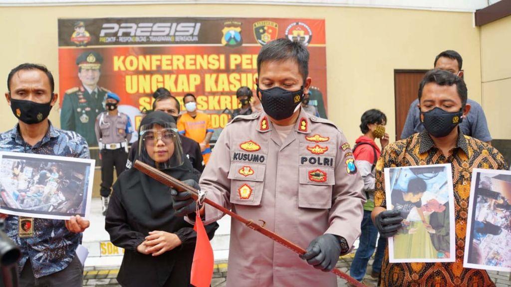 Kapolresta Sidoarjo, AKBP Kusumo Wahyu Bintoro menunjukkan pedang yang disabetkan pria bertato ke sesama pembeli pulsa