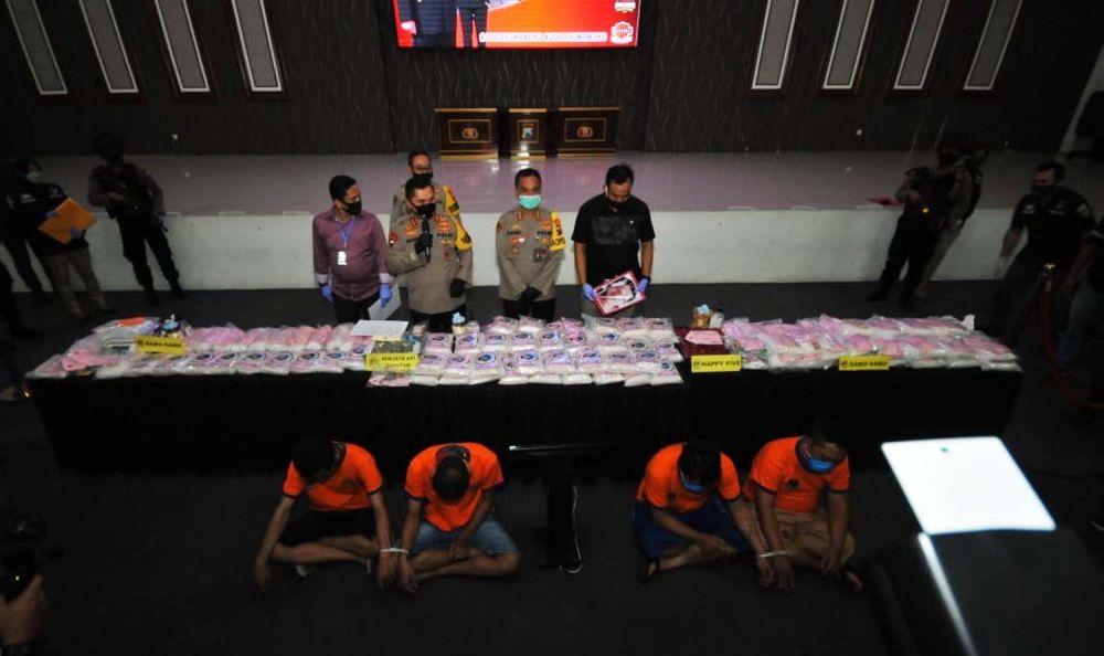 Pengedar sabu yang selama ini mendapat suplai dari Iwan, bandar yang ditembak mati bersama barang bukti dibeber di Mapolrestabes Surabaya