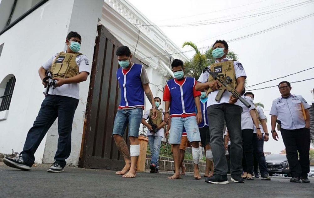 Empat kurir sabu 7,2 kg digiring di Mapolrestabes Surabaya