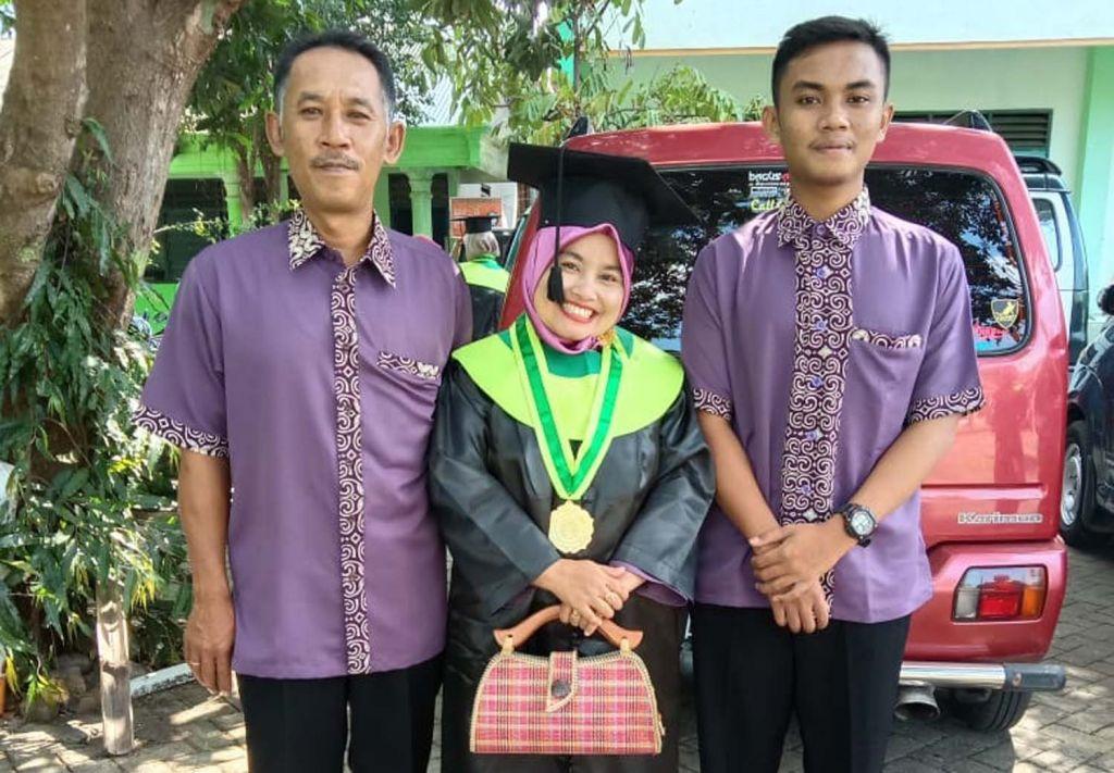Saminten bersama keluarga saat wisuda S1