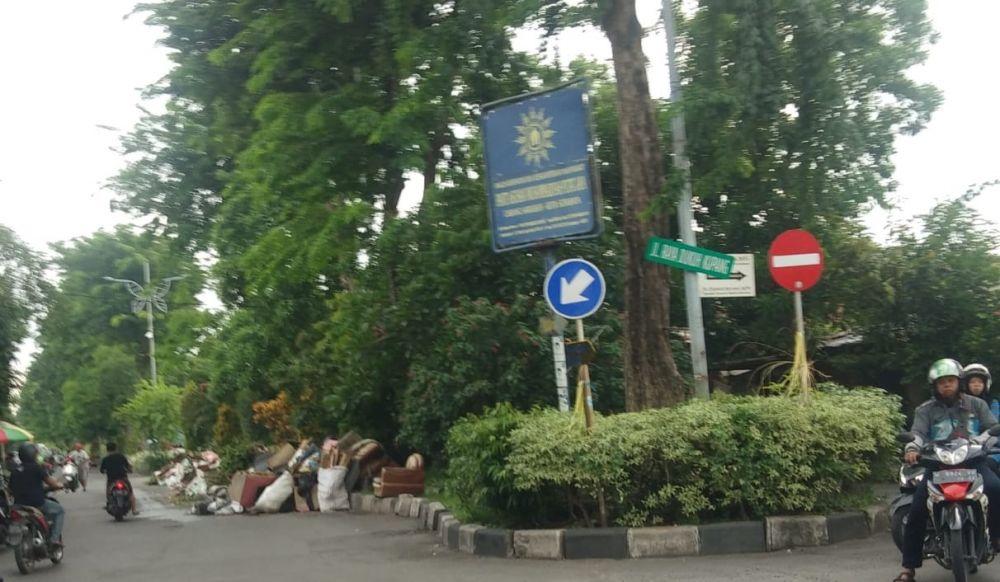 Sampah di Jalan Raya Dukuh Kupang sisi timur