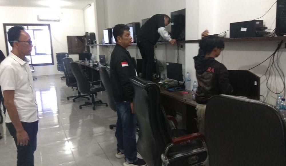 Proses penggerebekan sarang sindikat hacker pembobol kartu kredit di Balongsari Tama, Surabaya