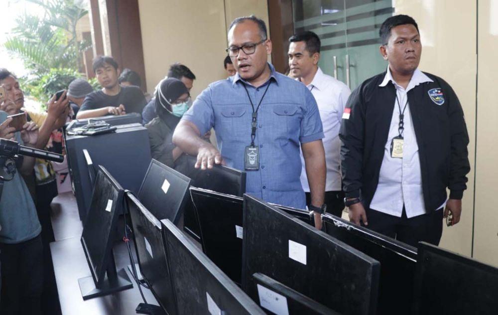 Dirreskrimsus Polda Jatim Kombes Pol Gidion Arif Setyawan menunjukkan barang bukti yang disita dari sarang sindikat hacker di Surabaya
