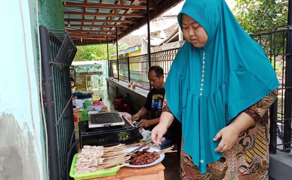 Henri Wiratsongko dan istrinya membuat sate lele di rumahnya Jalan Tangkuban Perahu, Kelurahan Nologaten, Kabupaten Ponorogo