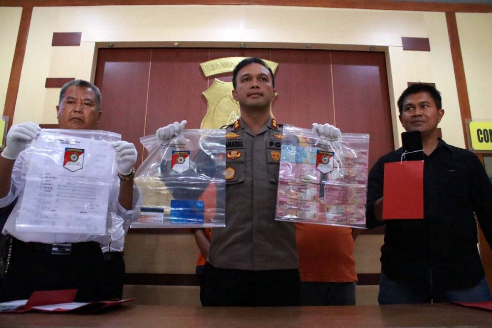 Kapolres Ngawi AKBP Pranatal Hutajulu membeberkan barang bukti penyebaran foto bugil tiga gadis