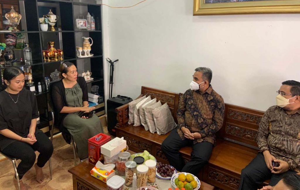 Sekjen DPP Partai Gerindra, Ahmad Muzani bersama Ketua Gerindra Jatim Anwar Sadad saat menemui keluarga kadernya yang meninggal di Gresik