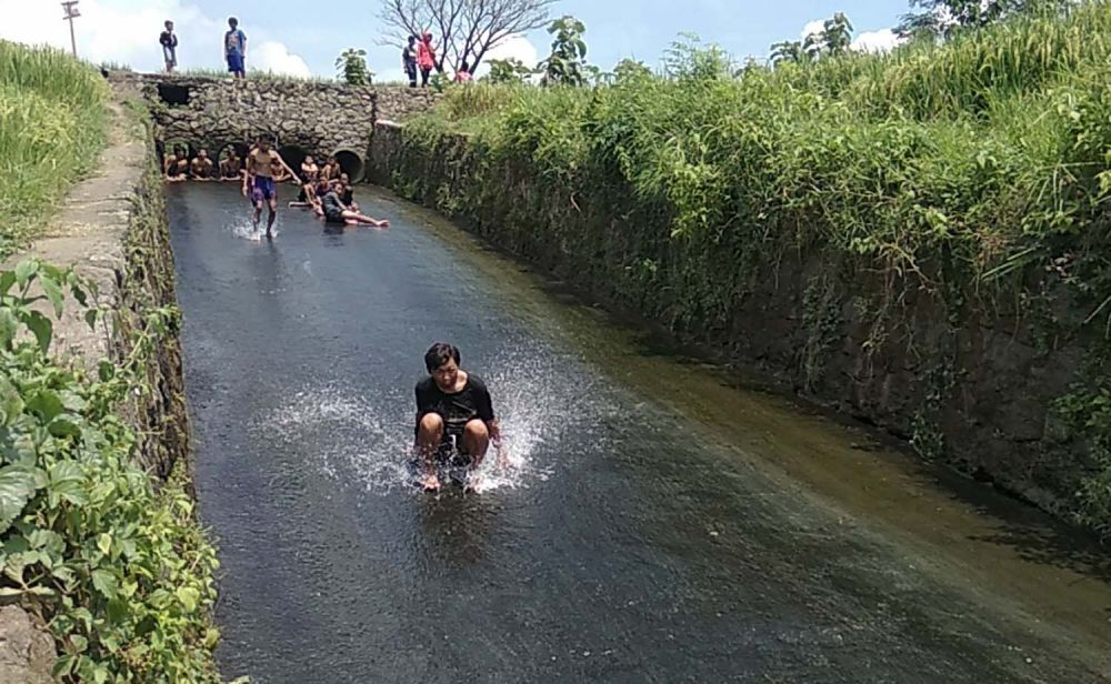 Serunya bermain seluncur air di bawah Gunung Penanggungan Mojokerto