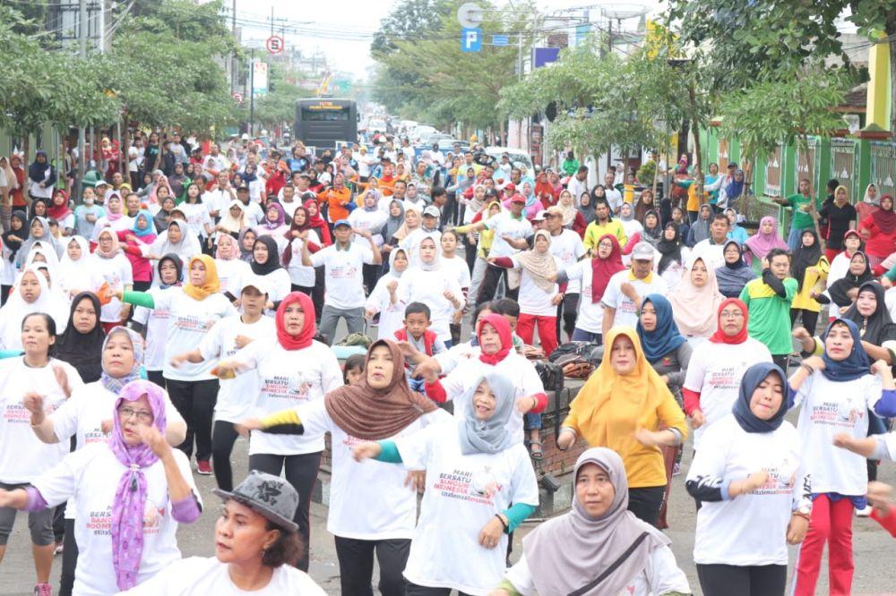 Ribuan warga berbaur dalam senam bersama