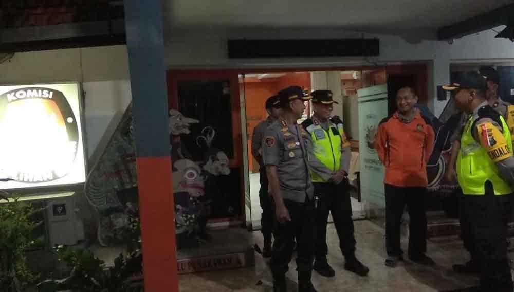Kapolrestabes Surabaya, Kombes Pol Sandi Nugroho saat mengecek obyek vital di Kantor KPU Jawa Timur di Surabaya beberapa waktu lalu