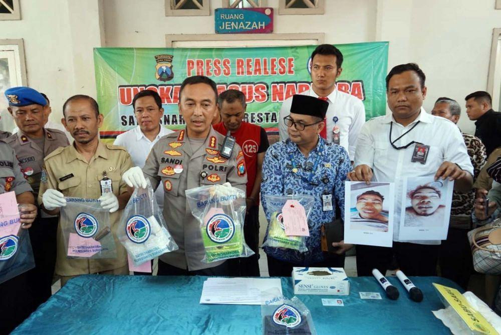 Kapolrestabes Surabaya Kombes Pol Sandi Nugroho dan Kasatresnarkoba Kompol Memo Ardian dalam jumpa pers dua kurir pembawa 2 kg sabu ditembak mati di Kamar Mayat RSU dr Soetomo, 2 Desember 2019