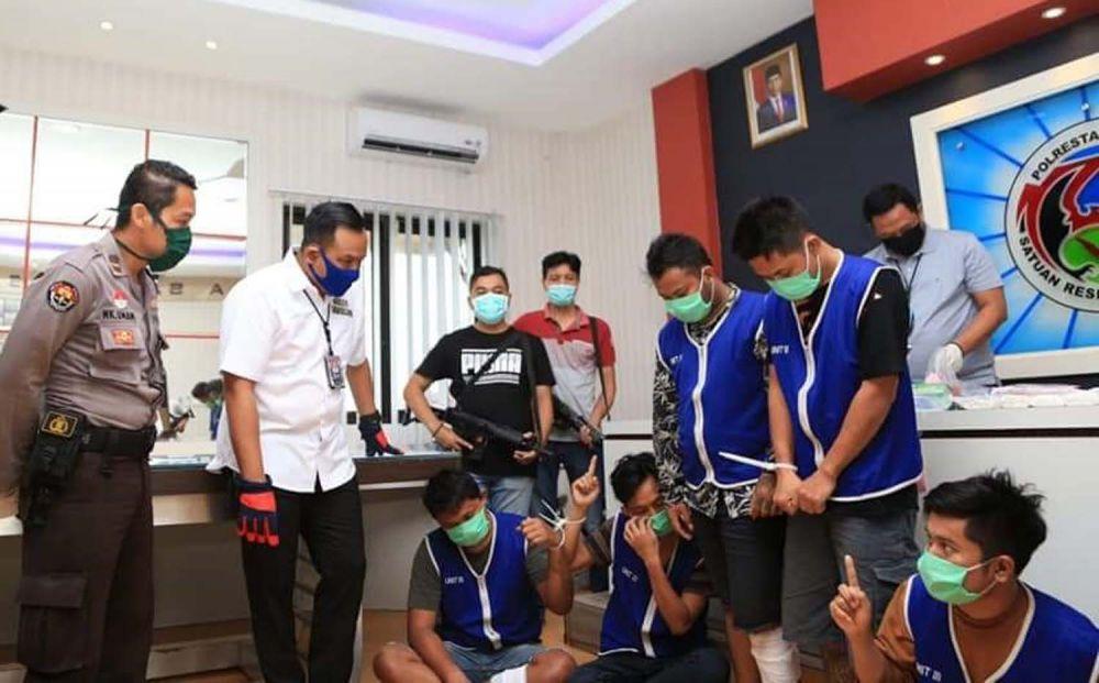 Satresnarkoba Polrestabes Surabaya membongkar sindikat pengedar narkoba Riau-Surabaya
