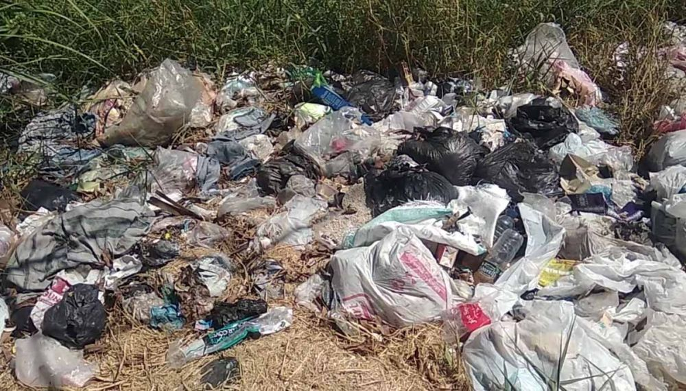 Sisa-sisa sampah sebelum spanduk peringatan bagi pembuang sampah dipasang