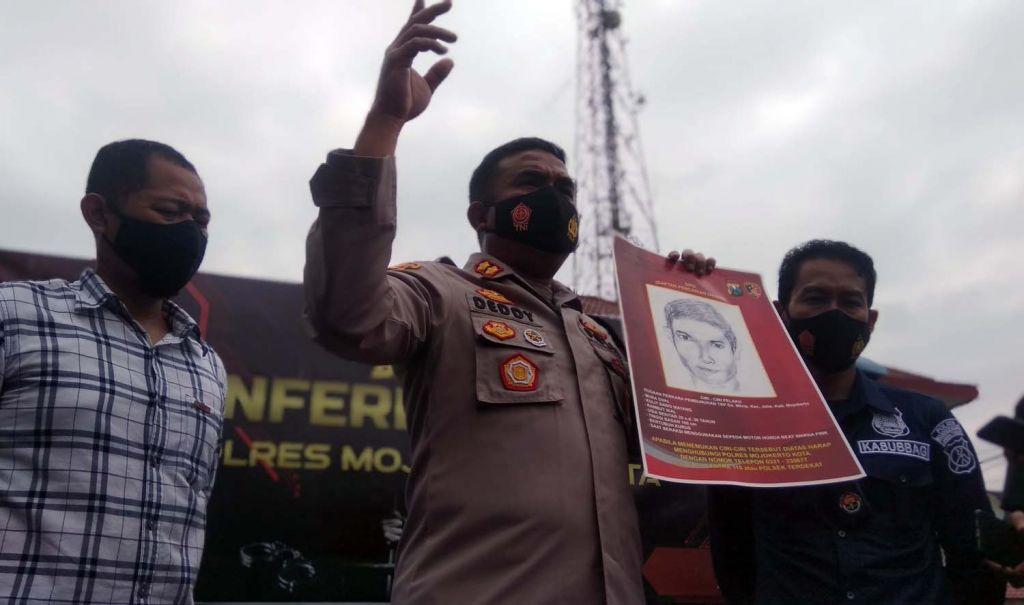 Kapolres Mojokerto Kota, AKBP Deddy Supriadi menunjukkan sketsa wajah pembunuh terapis