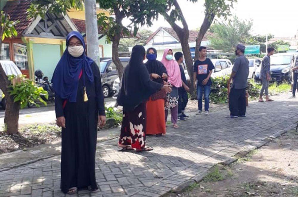 SMA Kertajaya (SMAKer) Surabaya berbagi sembako untuk warga terdampak Covid-19