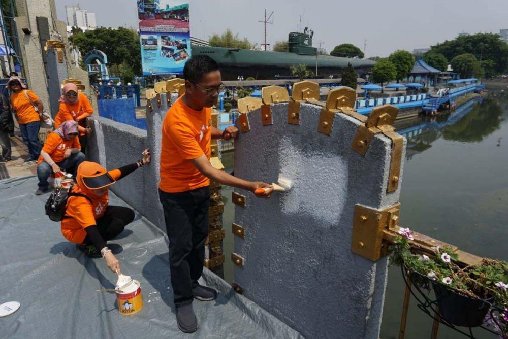 Pengecatan Jembatan Pemuda Surabaya oleh Alumni Smala81