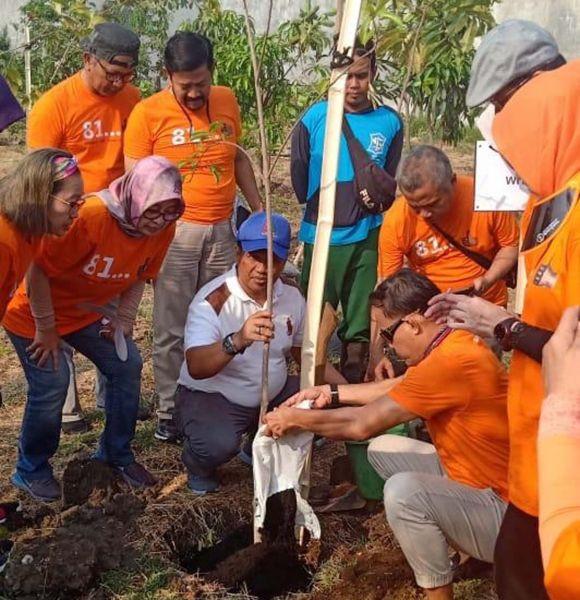 Para Alumni Smala81 menanam pohon buah di Taman Hutan Raya, Balas Klumpik, Wiyung, Surabaya