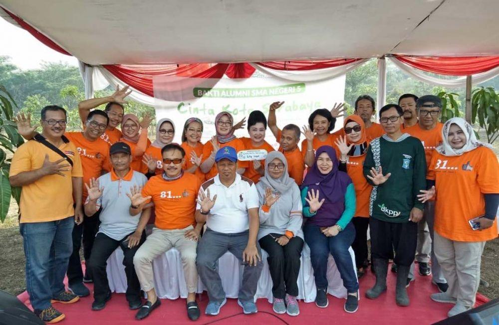 Alumni Smala81 bersama Lurah Balas Klumprik, Camat Wiyung Surabaya serta perwakilan Guru SMA Negeri 5 Surabaya usai penanaman pohon