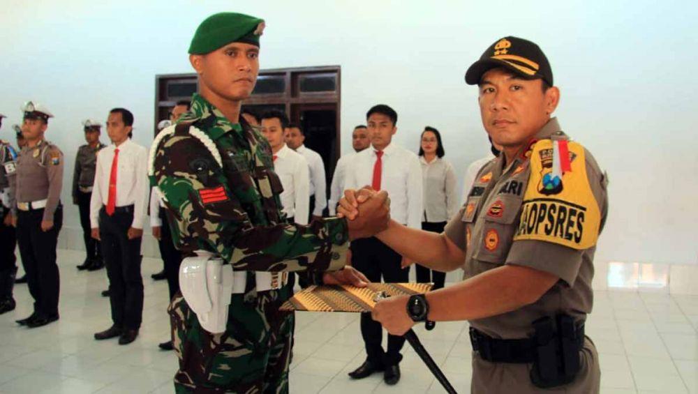 Praka Ali Joko Santoso mendapat penghargaan dari Kapolres Blitar Kota, AKBP Adewira Siregar