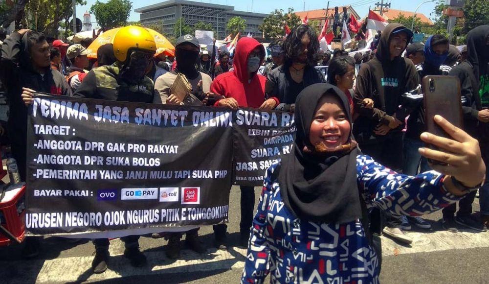 Hii Ada Spanduk Horor Dalam Demo 26 September Surabaya