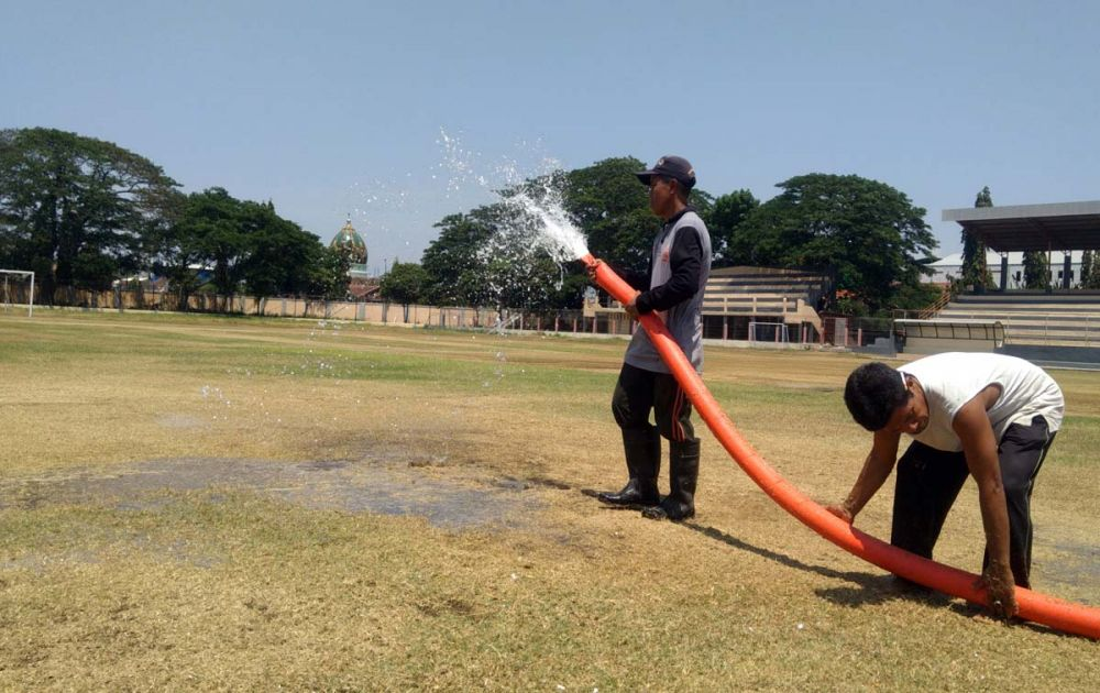 Petugas melakukan penyiraman secara rutin agar rumput di Stadion Bayuangga Kota Probolinggo kembali hijau