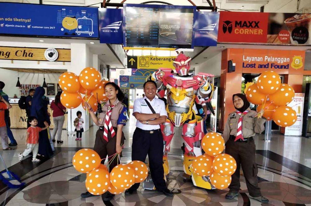 PT KAI Daops 8 menyiagakan replika Robot Transformer di Stasiun Gubeng, Surabaya