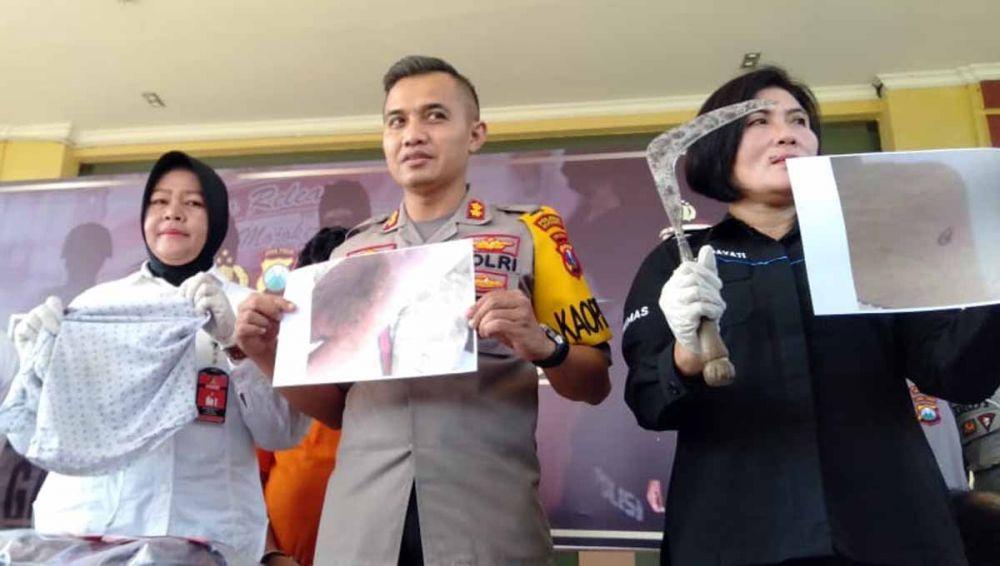Kapolres Mojokerto, AKBP Setyo Koes Heriyatno menunjukkan barang bukti pembacokan