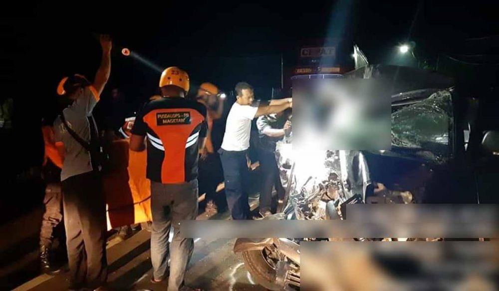 Evakuasi korban yang terjepit di dalam kabin mobil pikap