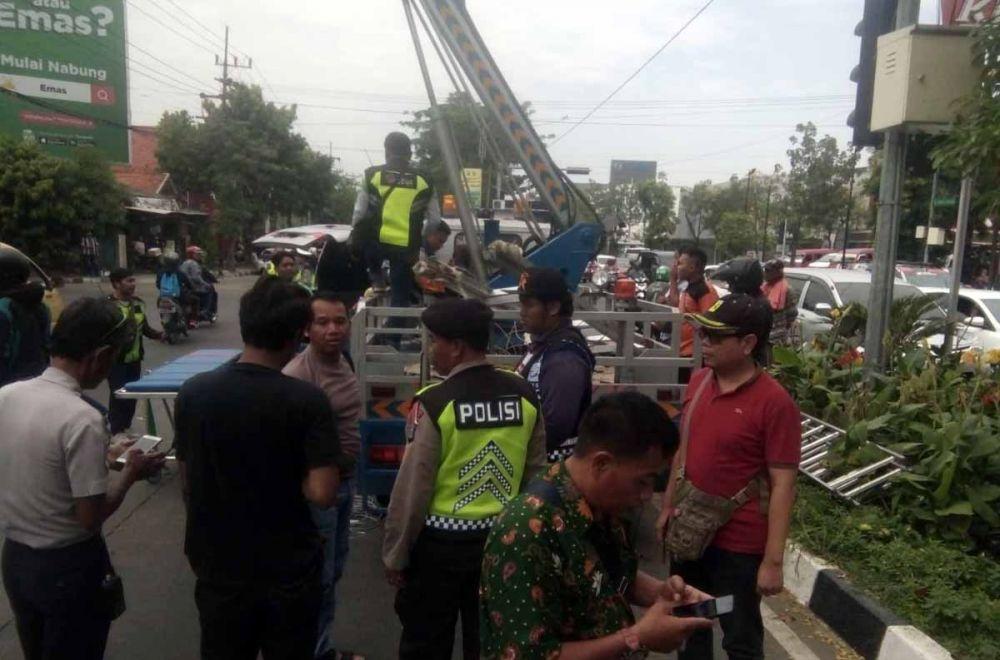 Truk skywalker milik Dishub Surabaya yang dipakai dua pekerja untuk melepas CCTV