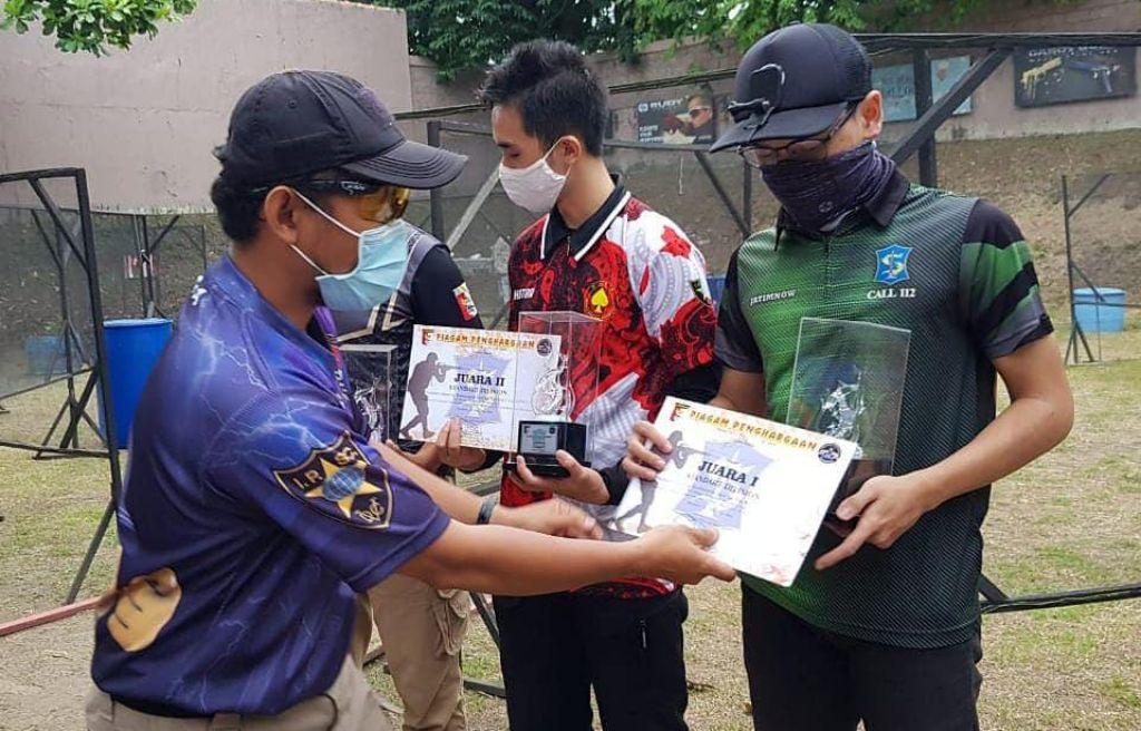 M Awaludin Ilham (kanan), salah satu pemenang Surabaya Shooting Tournament 2020