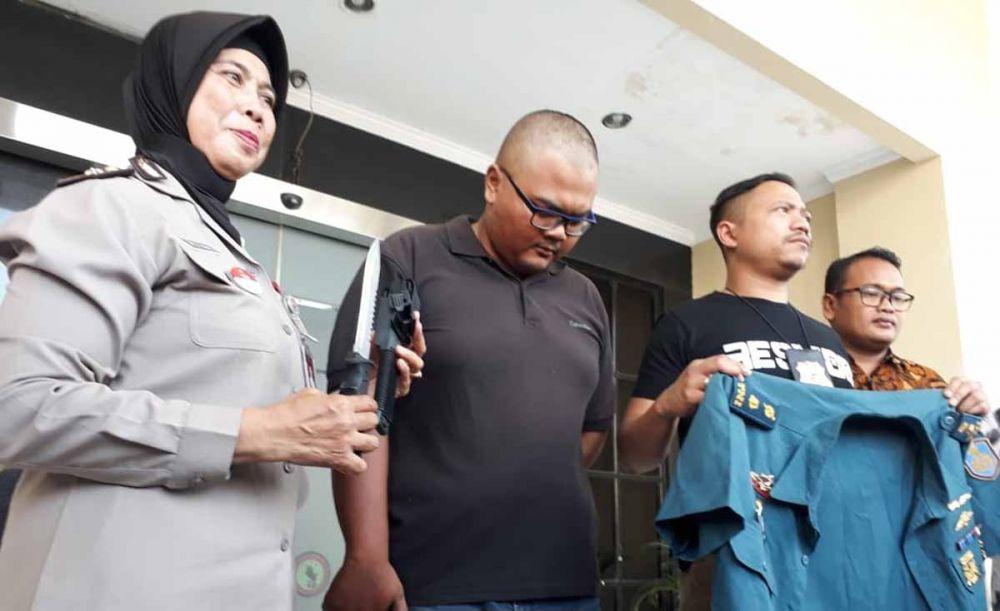 Irawan, driver ojek online yang jadi TNI Gadungan saat dipamerkan di Mapolrestabes Surabaya