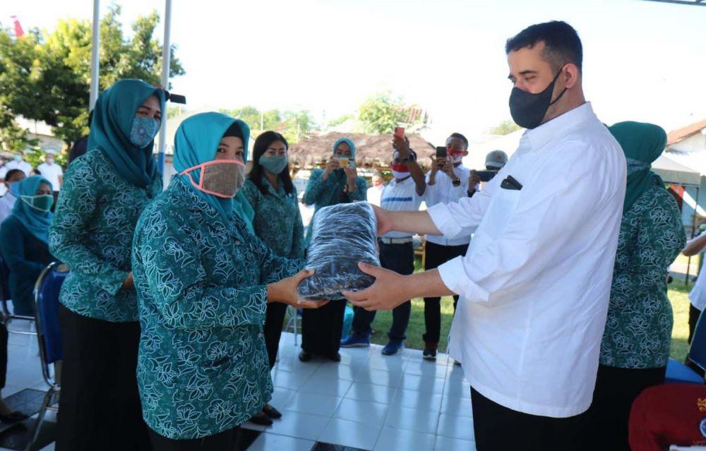 Wali Kota Probolinggo Hadi Zainal Abidin memberikan masker kepada Tim Penggerak PKK untuk dibagikan ke warga