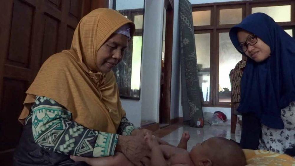 Maryatun menjalani aktivitasnya memijat bayi