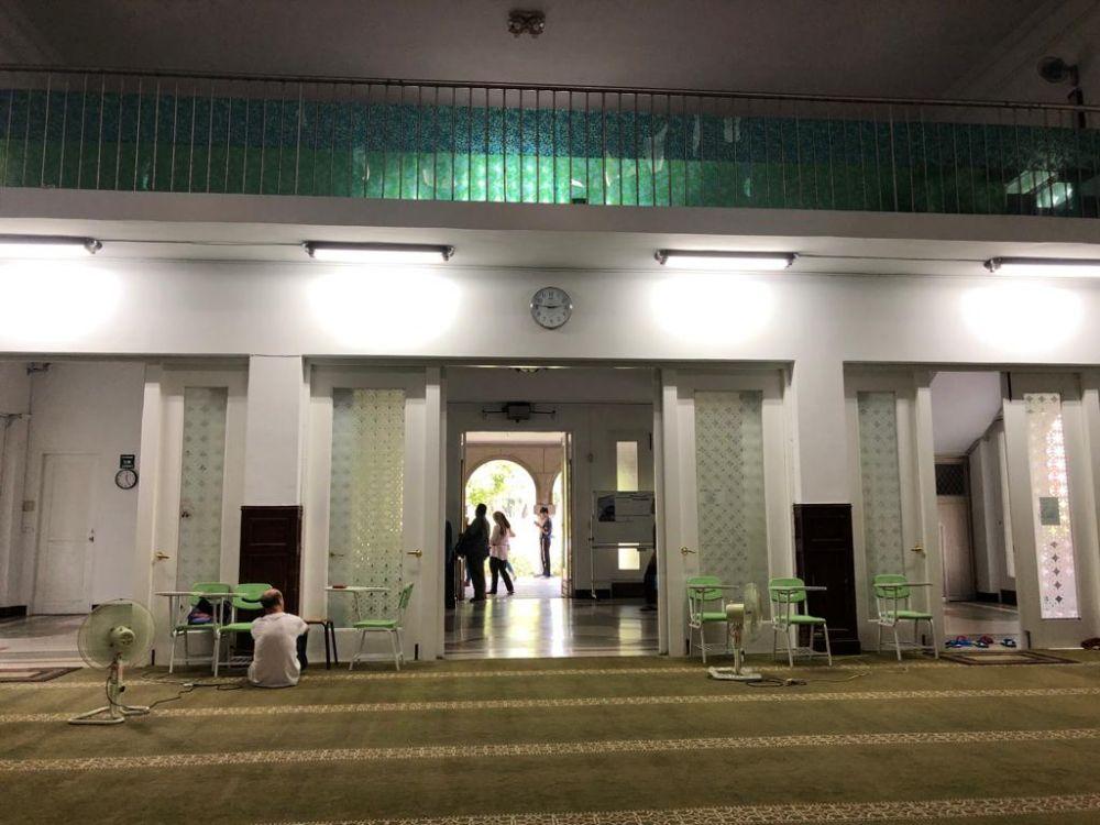 Beberapa jemaah berada di Taipei Grand Mosque Taiwan