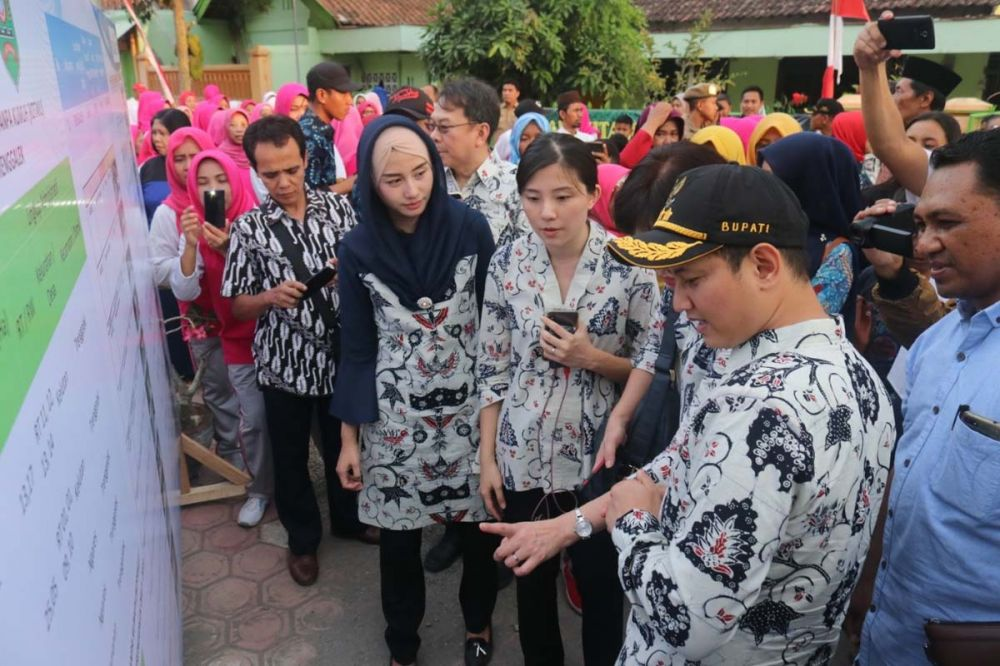Bupati Nur Arifin menunjukkan penanganan daerah kumuh di Trenggalek kepada tamu dari Singapura