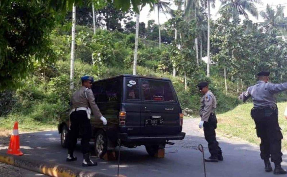 Polisi membantu mengganjal mobil yang tidak kuat menanjak di Senori, Tuban