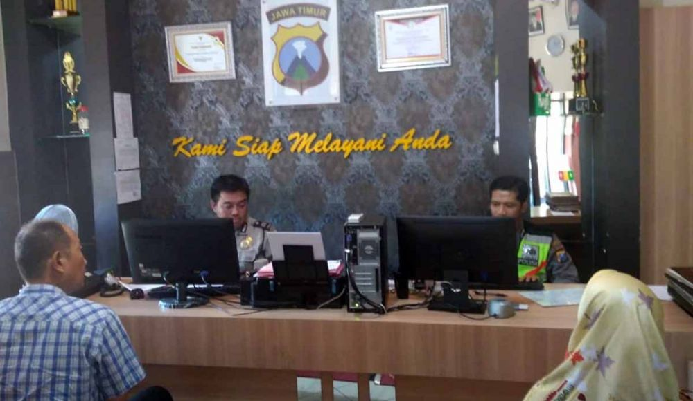 Korban saat melapor ke SPKT Polsek Tegalsari Surabaya