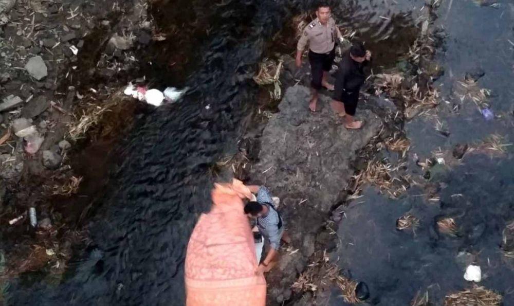 Proses evakuasi jasad polisi yang diduga bunuh diri loncat ke dalam sungai di Ponorogo