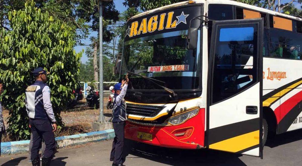 Petugas memeriksa kelaikan armada bus Lebaran 2019