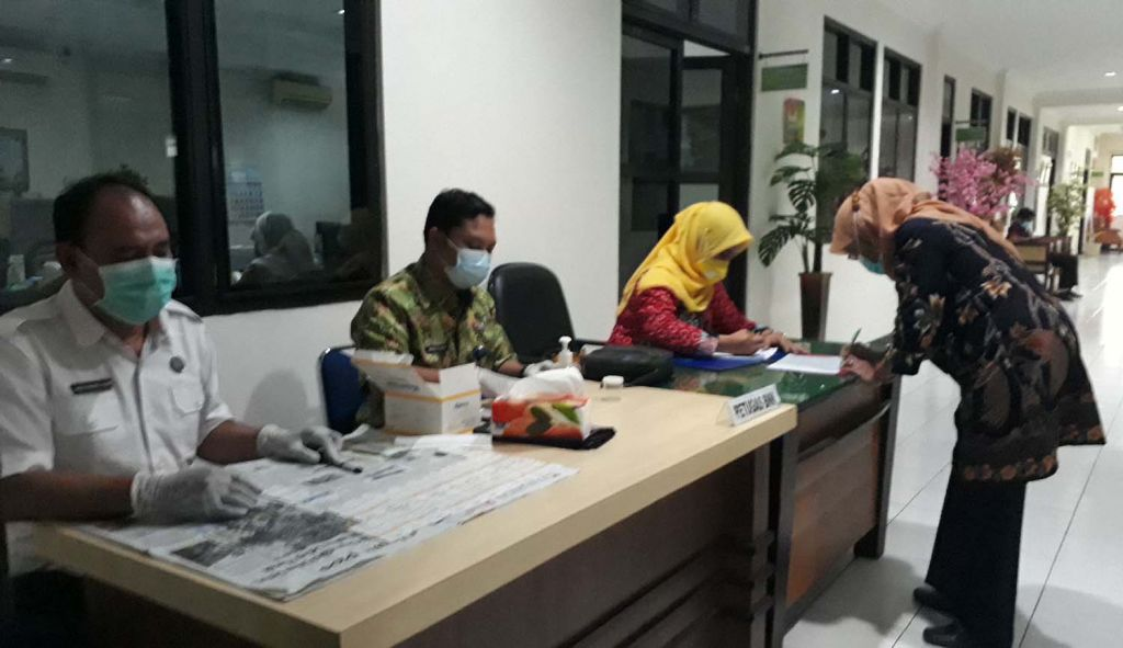Para pejabat dan pegawai Pengadilan Agama Surabaya mengikuti tes urine yang dilaksanakan petugas BNNK