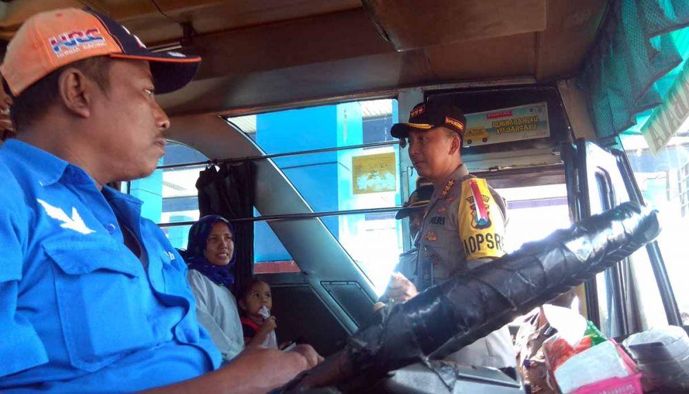 Kombes Pol Sandi Nugroho berkomunikasi dengan sopir bus dan penumpang