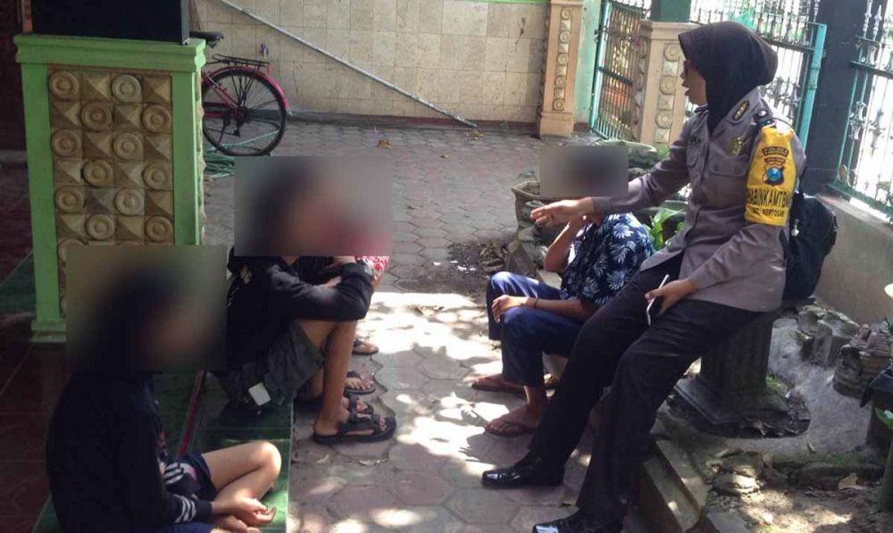 Empat pelajar yang tidur dalam satu kamar diberi pembinaan oleh anggota Polsek Babadan, Ponorogo