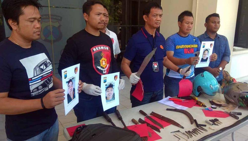AKBP Sudamiran dan Tim Resmob membeber barang bukti kejahatan tiga bandit yang ditembak mati