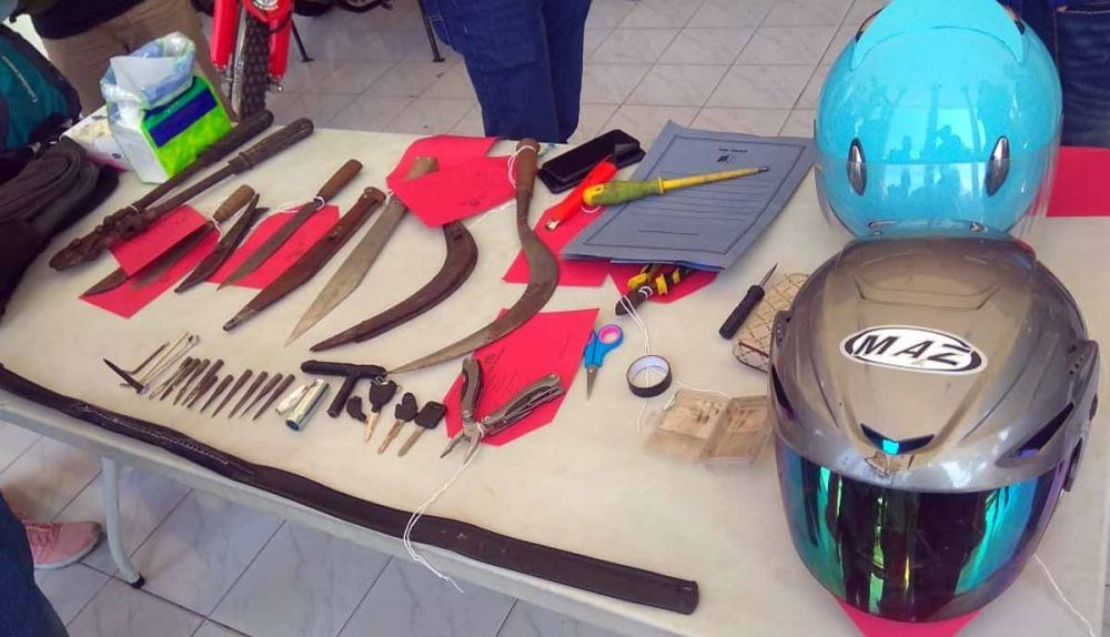 Senjata tajam dan barang bukti lain di beber di Mapolrestabes Surabaya