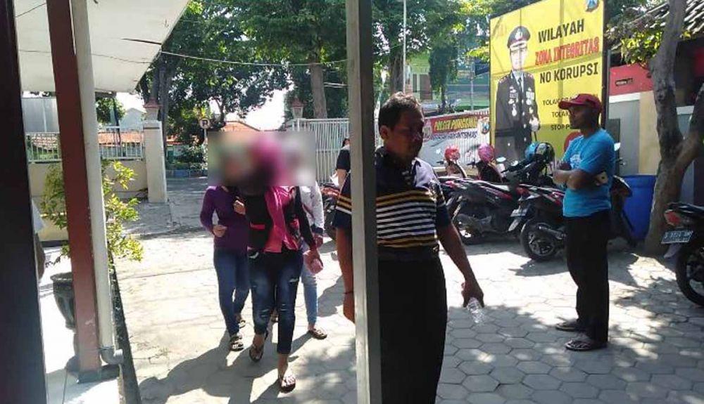 Tiga wanita yang mengaku jadi korban begal payudara tiba di Mapolsek Pungging, Mojokerto