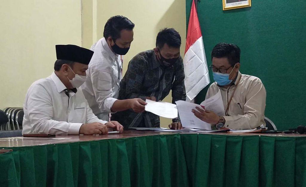 Timses MA-Mujiaman saat melapor ke Bawaslu Surabaya