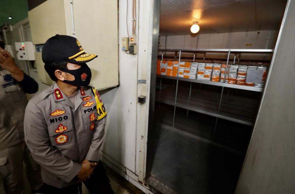 Kapolda Jatim Irjen Pol Nico Afinta meninjau tempat penyimpanan vaksin