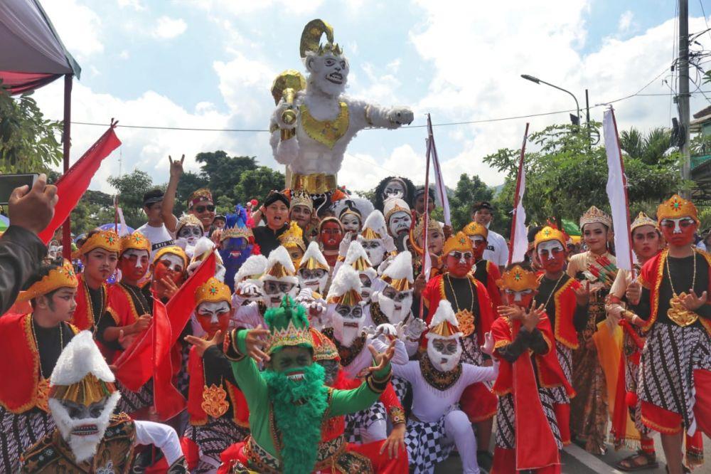 Kemeriahan Pawai Etnik Carnival di Trenggalek