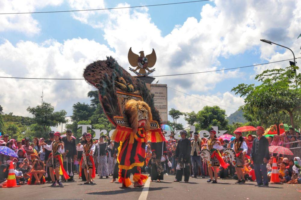 Salah satu peserta Pawai Etnik Carnival di Trenggalek