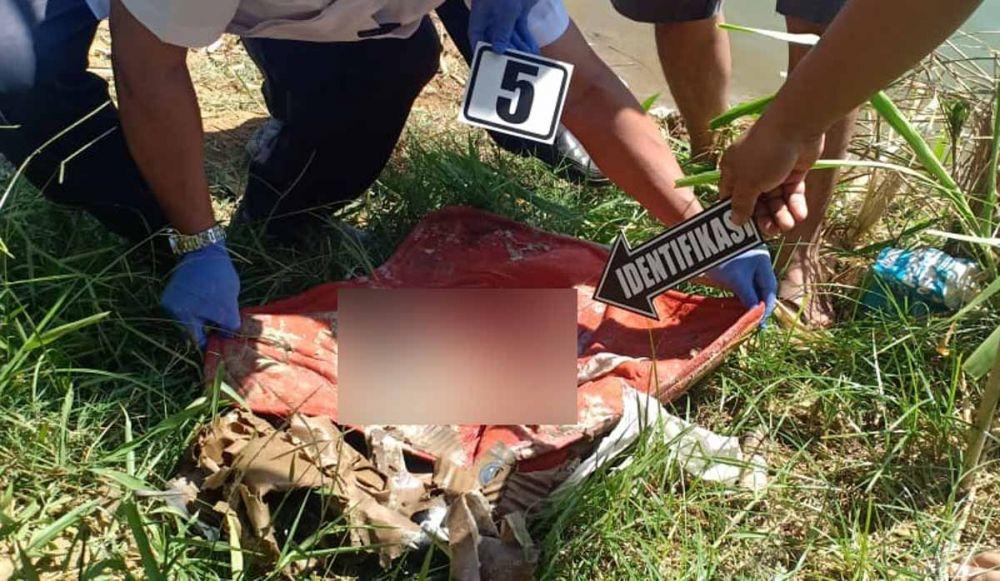 Petugas melakukan identifikasi mayat bayi yang ditemukan di ladang Bukit Ngrungki, Trenggalek